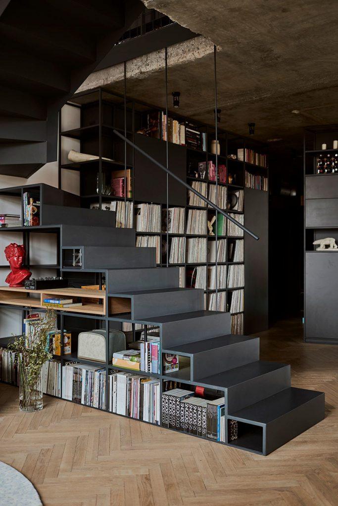 Escalier noir avec rangements