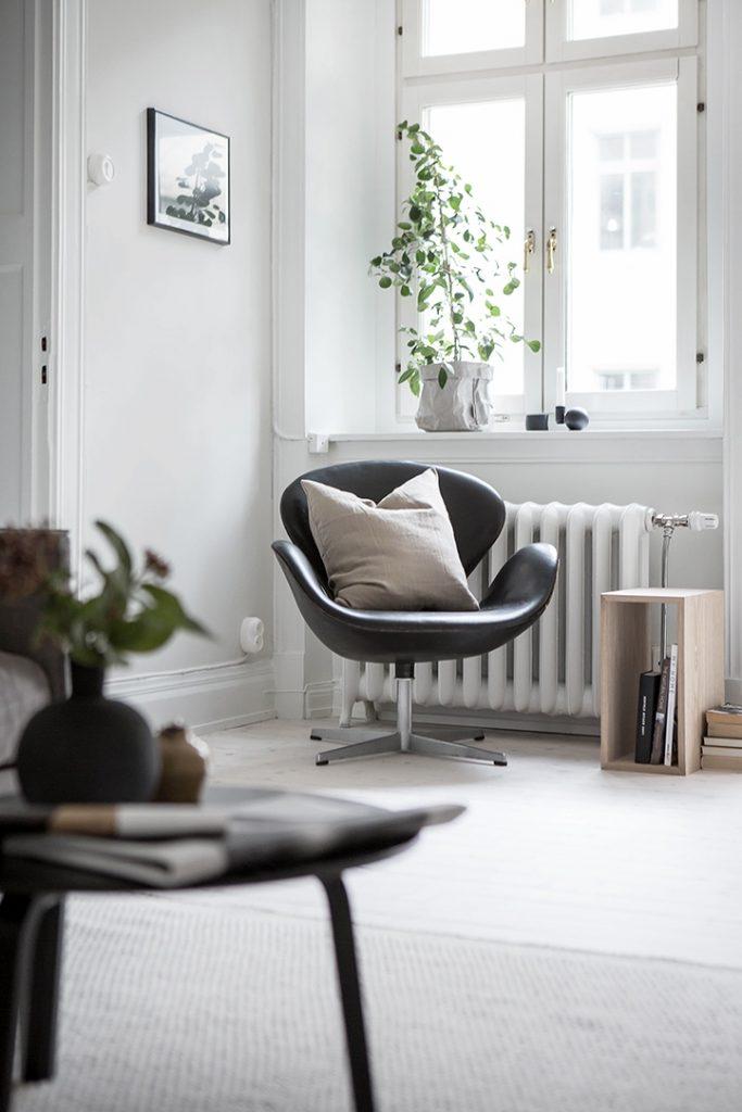 Salon style scandinave avec du parquet blanc