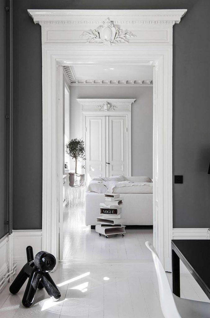 Intérieur Haussmannien avec du parquet blanc