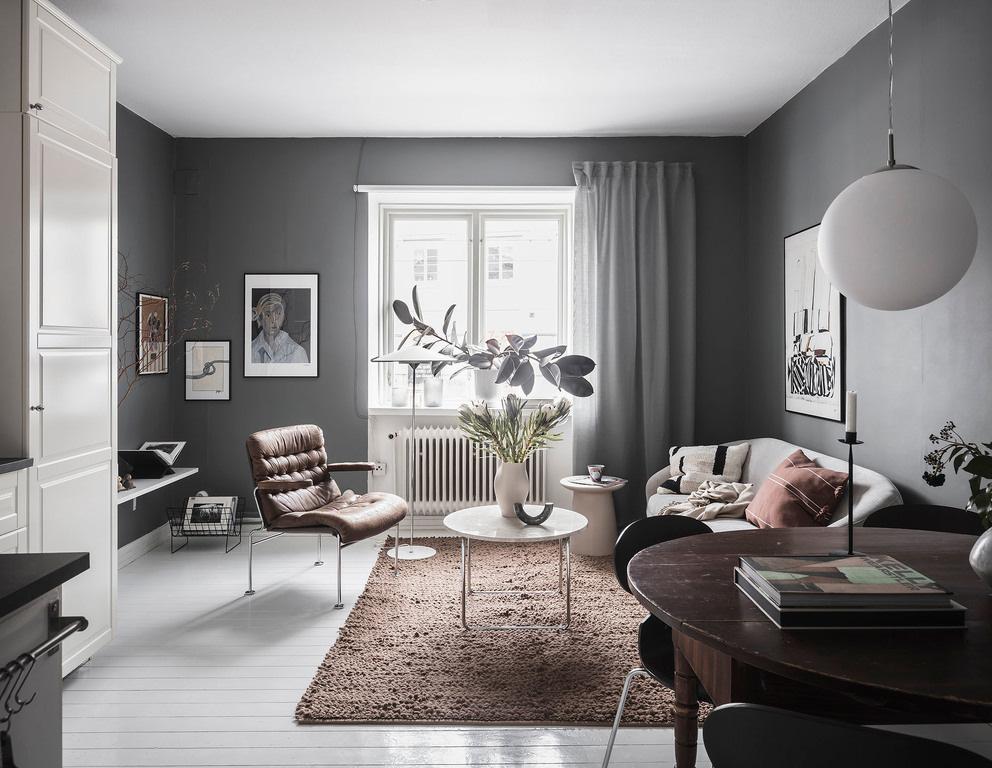 Salon cosy avec du parquet blanc et des murs gris