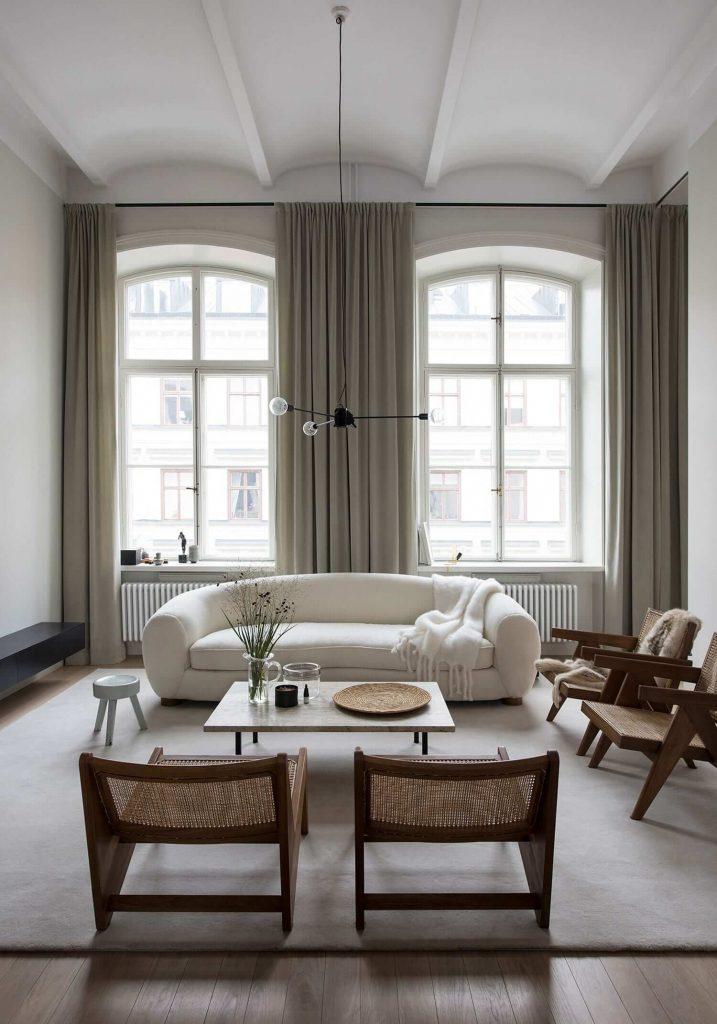 Canapé blanc avec fauteuil en bois et rotin