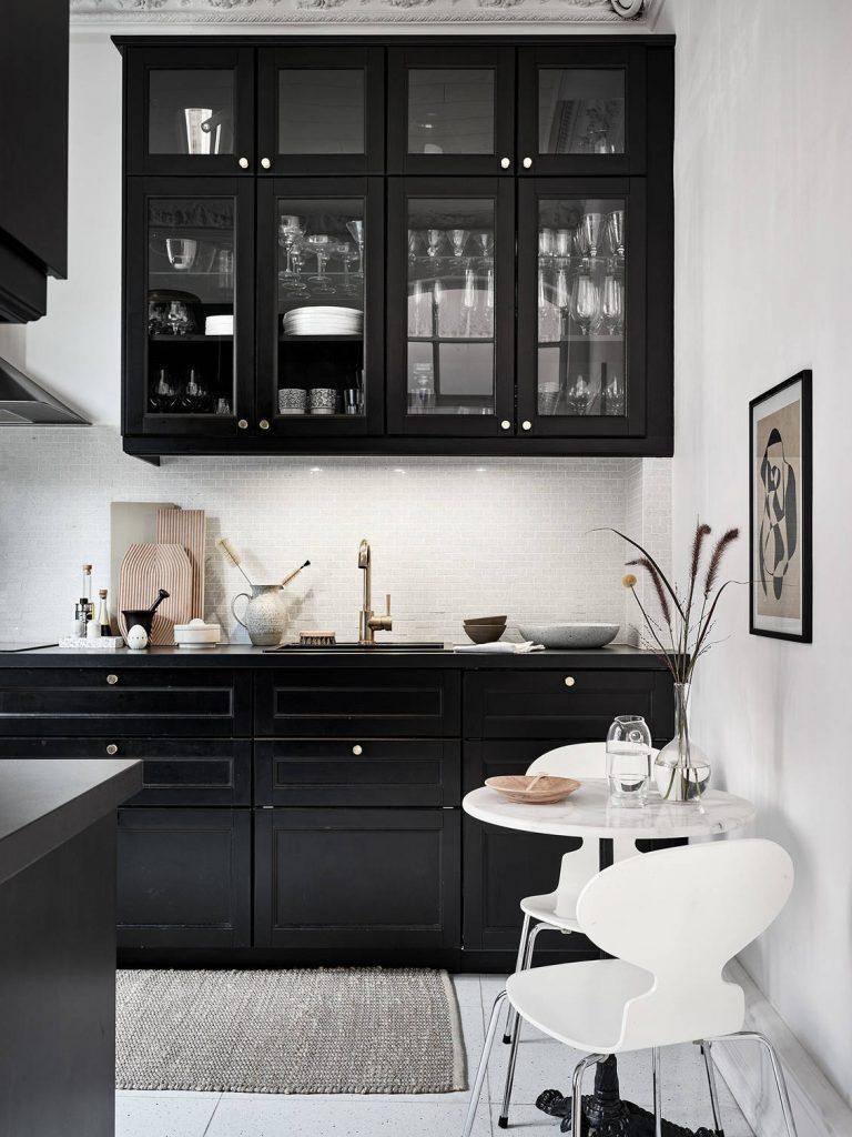Cuisine noire avec meubles vitrés