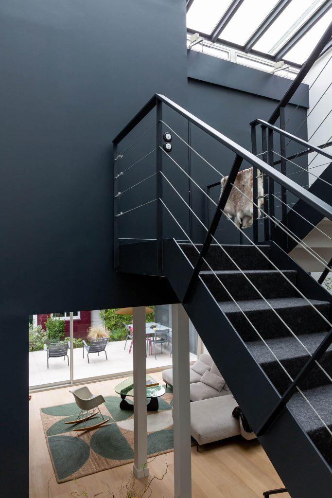 Escalier style industriel dans une maison contemporaine