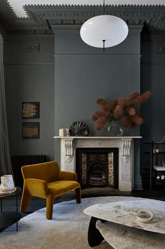 Décoration du salon murs gris foncé