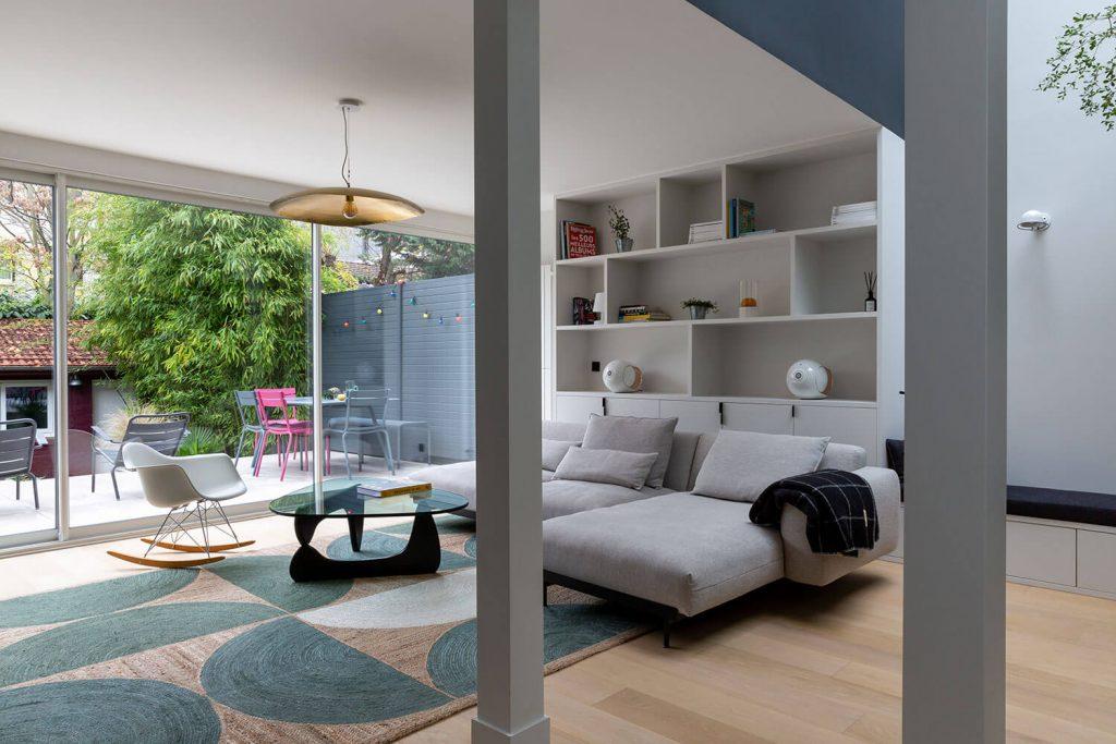 Salon contemporain avec fauteuil Eames et suspension Gervasoni