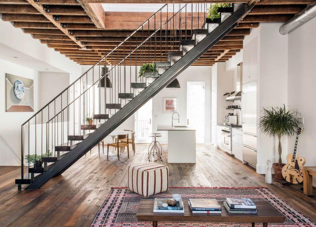 Escalier noir dans intérieur style loft