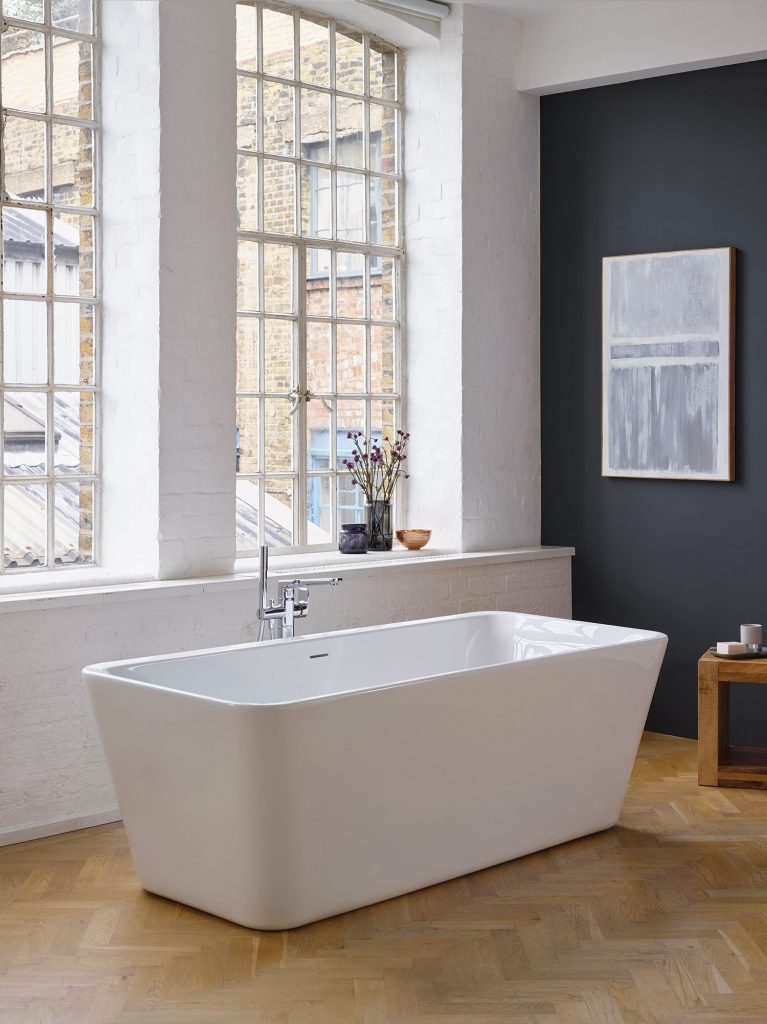 Baignoire ilot moderne dans un intérieur style loft