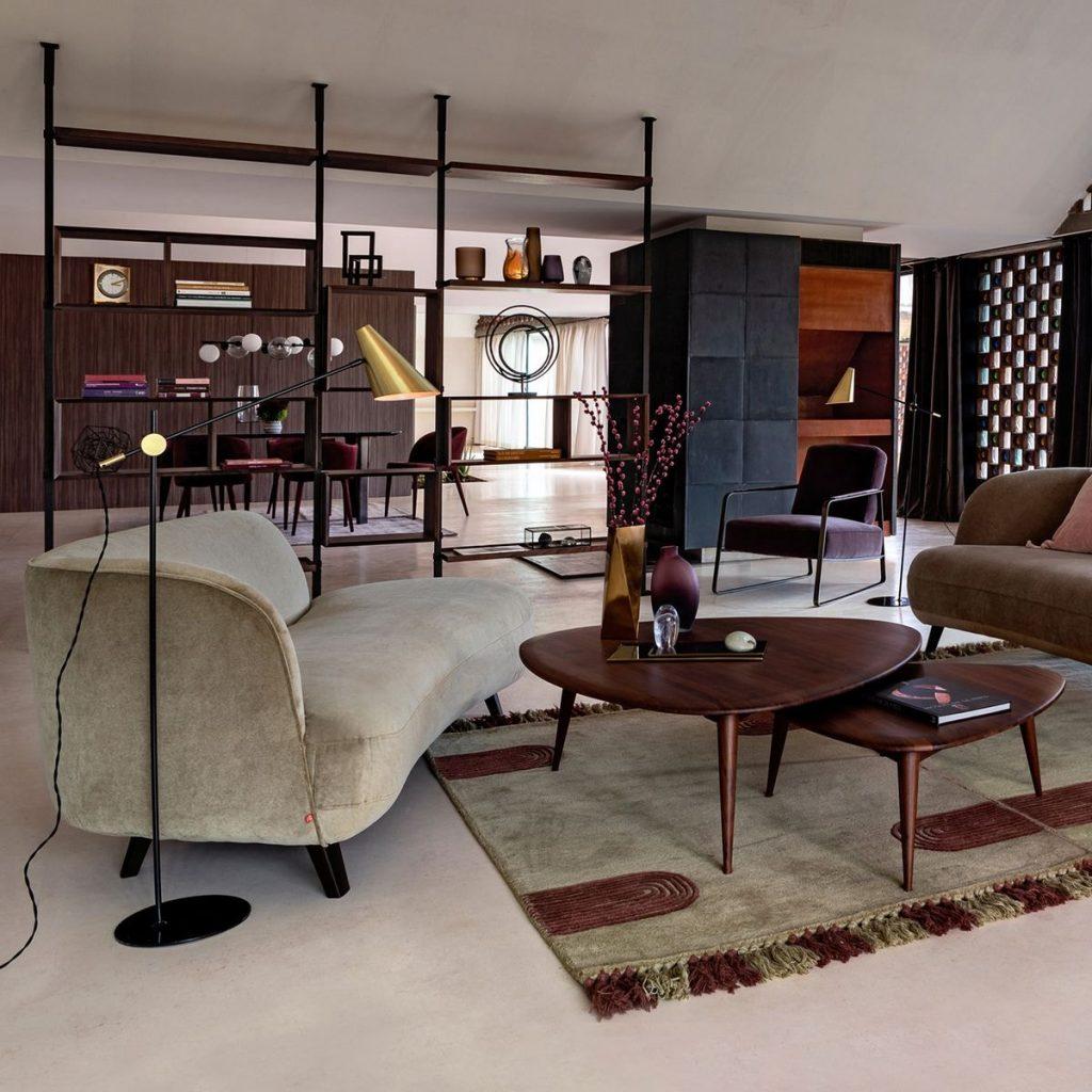 Salon style vintage avec bibliothèque composable et canapés en velours