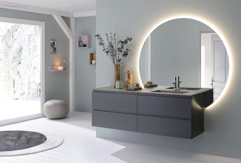 Miroir rond rétro-éclairé dans la salle de bains