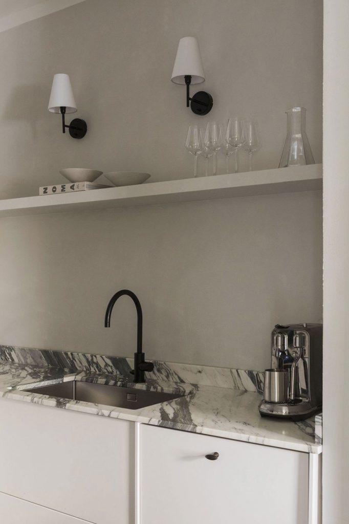 Décoration cuisine blanche avec plan de travail en marbre