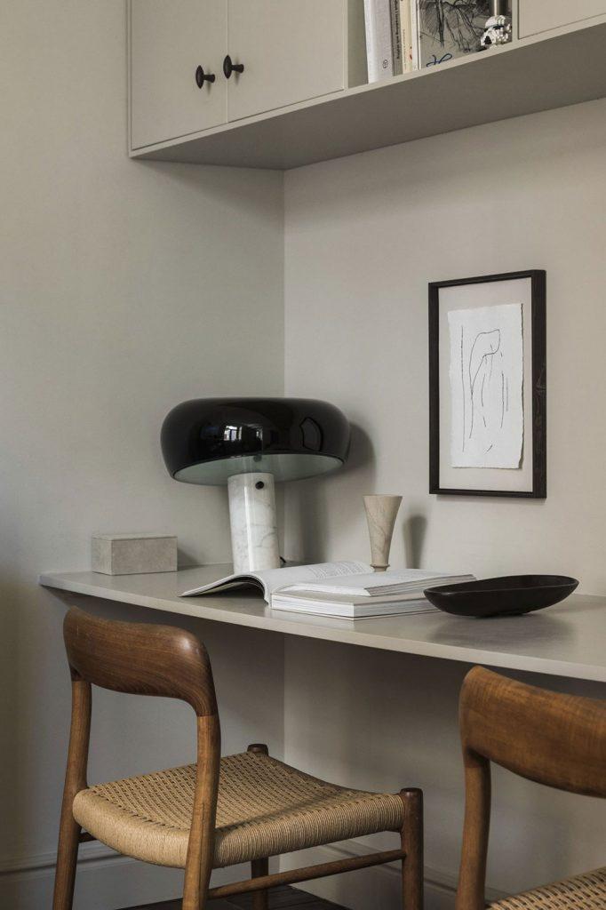 Lampe Snoopy en marbre et chaises vintage en bois et cannage