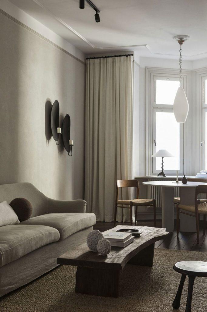 Décoration du salon avec des tons neutres et une table basse en bois brut