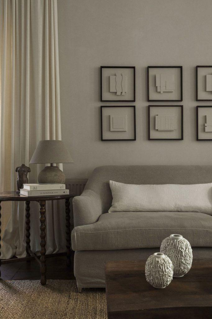 Décoration du salon avec des tons neutres et un canapé gris