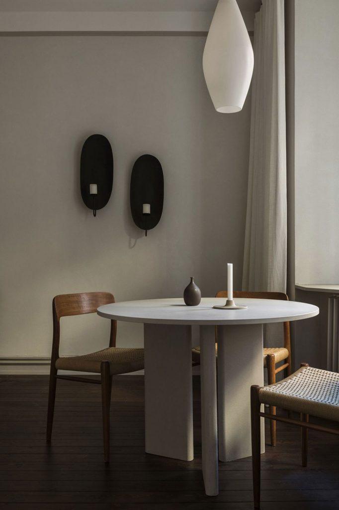 Table de repas ronde design et chaises vintage en bois