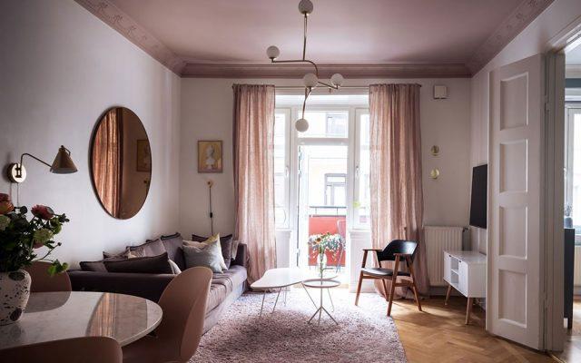 Décoration salon plafond rose