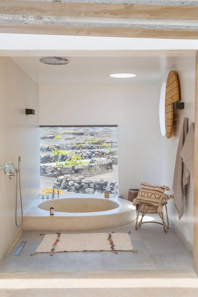 Salle de bain avec baignoire minimaliste