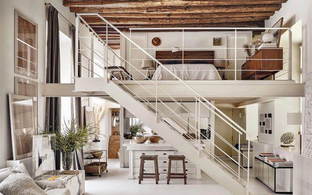 Escalier en métal blanc dans un loft