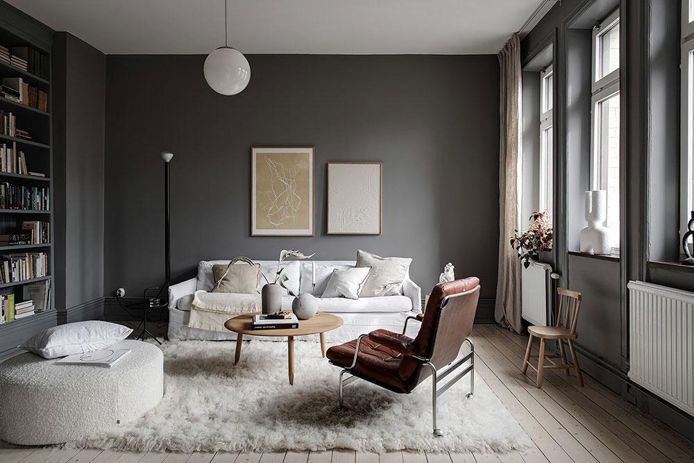 Canapé blanc devant mur gris foncé